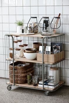 Een must have voor in de keuken: een stoere keuken trolley. Extra ruimte om alles op te bergen + een mooie eyecatcher! Industrieel en super praktisch!