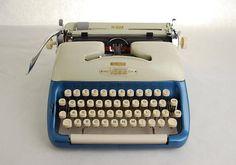 Typewriter Voss Deluxe Duotone Blue Cream