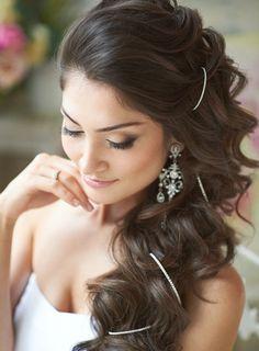 Brautfrisur für lange Haare - Haarspangen und Locken