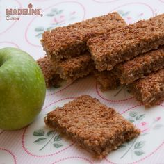 Cand simt nevoia de energizare, dar nu vreau sa dau iama in Snickers, incerc o alternativa sanatoasa: asa am conceput aceste batoane cu ovaz si mere... Low Carb Protein Bars, Protein Bar Recipes, Snack Recipes, Apple Bars, Cake Shop, Raw Vegan, Healthy Desserts, Good Food, Food And Drink