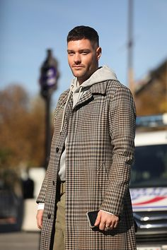 Street Style Leo Faria Paris masculino com look no mesmo tom bege Suit Jacket, Shirt Dress, Paris, Suits, Mens Tops, Jackets, Dresses, Fashion, Taupe