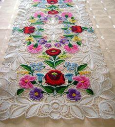 Kalocsa кружева (Ришелье) Таблица Runner с подлинной венгерской картины.  Высокое качество ручной вышивкой кружева.