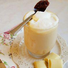 Chcecie poczuć się jak w raju? Zróbcie kawę z białą czekoladą, przecierem z płatków róży i bitą śmietaną. Kawa z białą czekoladą i różą inspiracja z Mirabelkowy Blog składniki na 2 kawy: 3 łyżeczki kawy rozpuszczalnej 200ml wrzątku 200 ml mleka 1 łyżeczka przecieru z płatków róż / konfitury różanej 5 kostek białej czekolady 50ml śmietany kremówki przygotowanie: Kawę zalewam…