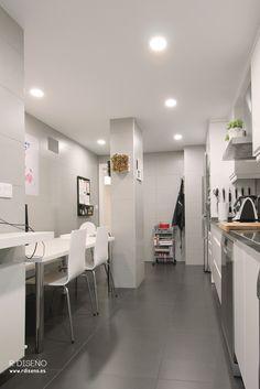 La nueva distribución permitió ampliar sensiblemente la superficie de cocina sin perder espacio en el resto de la casa.