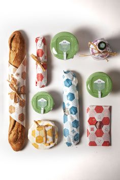Each color corresponds to a merchant. * The dairyman - Le crémier * The fishmonger - Le poissonnier * The butcher - Le boucher * The wine merchant - Le sommelier * The baker - Le boulanger * The greengrocer - Le primeur Packaging Box, Clever Packaging, Bread Packaging, Bakery Packaging, Food Packaging Design, Pretty Packaging, Packaging Design Inspiration, Sandwich Packaging, Food Branding