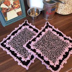Make a cake oven mitts / grytlappar – Mijo Crochet Crochet Potholder Patterns, Crochet Dishcloths, Crochet Blankets, Crochet Crafts, Crochet Projects, Free Crochet, Cake Oven, Crochet Kitchen, Hot Pads
