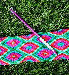 """Gripfid naald voor het ply-split braiding! Voor het maken van de draagband vd mochila bag. Te koop bij """"Mijn schoonzus en ik"""" .... volg ons op www.facebook.com/mijnschoonzusenik Tapestry Crochet Patterns, Crochet Art, Mochila Crochet, Braid Patterns, Tapestry Bag, Crochet Needles, Loom Weaving, Wool Yarn, Basket Weaving"""