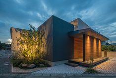 回廊の家 | 注文住宅なら建築設計事務所 フリーダムアーキテクツデザイン Light Architecture, Contemporary Architecture, Architecture Details, Entrance Lighting, Exterior Lighting, Japanese Buildings, Tiny House, Minimal Home, Japanese House