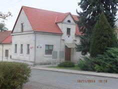 El ayuntamiento municipal está en el centro del pueblo.