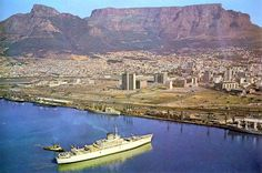 Cape Town features the world famous Table Mountain, beaches close to the city, shop at V&A Waterfront, ferry trips across the bay to Robben Island. Old Pictures, Old Photos, Cape Town South Africa, Table Mountain, Most Beautiful Cities, Live, City Photo, African History, Landscapes