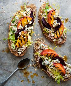 Pan de grano con durazno, queso azul y ensalada frisée con aderezo tarator.