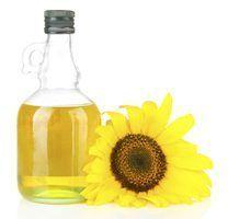 Cómo hacer tu propio aceite de girasol. Necesitarás Semillas oleaginosas de girasol Una cazuela para horno Un colador Un recipiente hermético resistente al calor y al frío