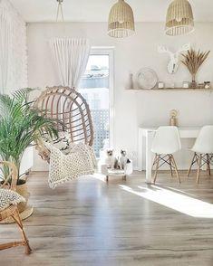 Salon urządzony w barwach bieli i naturalnego beżu ma bardzo relaksujący charakter. Elementy drewna i wikliny ocieplają...
