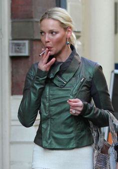 #CelebritiesAndVaping  Katherine Heigl vaping on the street