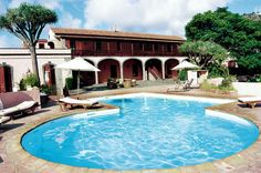 La Hacienda del Buen Suceso is een historisch landhuis dat is omgebouwd tot een 3-sterren hotel. Het beschikt over een tuin met een zwembad, jacuzzi en fitness. Op aanvraag en tegen betaling is er massage beschikbaar.  Voor eten en drinken is er een lounge, een bar en een restaurant beschikbaar.  Het hotel ligt in een bananenplantage, aan de rand van het dorpje Arucas. Het strand ligt op ca. 6 km.  Hier beleeft u een heerlijke vakantie in koloniale stijl vol charme.  Officiële categorie ***