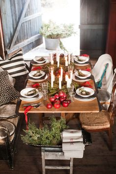 [ Juldukning i Susan Cedgårds lada ] I en lada i en vacker gammal hallandlänga har Susan Cedgård en mycket stämningsfull juldukning. Ett julreportage i Hus & Hem, 2014.