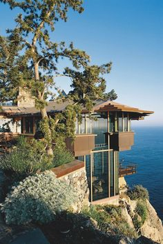Beach Houses | On cliffs overlooking the ocean below | Source: livingpursuit.com