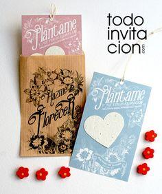 """Un regalo detalle para invitados de bautizo original y que germina: Corazón de papel de semillas plantable en un sobre de kraft impreso. """"Hazme florecer"""""""