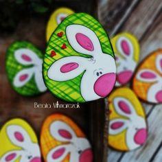 Zajaczkowe jajo - cookie by Beata - CakesDecor Rock Painting Patterns, Rock Painting Ideas Easy, Rock Painting Designs, Easter Art, Hoppy Easter, Easter Crafts, Pebble Painting, Pebble Art, Stone Painting