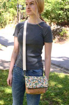 Cross Body Bag Sewing Tutorial on Bombshell Bling Cross Body Bag Pattern Free, Purse Patterns Free, Handbag Patterns, Rolling Duffle Bag, Zipper Face, Sewing Tutorials, Sewing Projects, Sewing Crafts, Crossover Bags