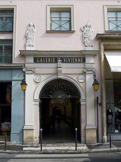 Les trois entrées de la galerie Vivienne: à gauche, l'entrée rue Vivienne (au centre celle de la rue des Petits-Champs et à droite l'entrée rue de la Banque).