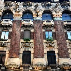 Scoprendo i #dintorni  #ognitanto torno a #milan #milano #berrimeregalli #viacappuccini8 #window #windows #doors #walls #liberty #architecture #milanodavedere #vivomilano #igmilano #home #palestro #bricks #beautiful #glasses by eleonora.agazzone