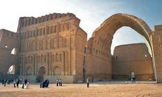 El arco de Ctesifonte.//Taq Kisra, que es su nombre árabe, es la última estructura que aún permanece en pie de la antigua capital de la Persia imperial y el mayor arco de ladrillo del mundo, con 37 metros de altura y 48 metros de largo. Su construcción comenzó en el año 540, durante las guerras entre la dinastía sasánida y el Imperio Bizantino.