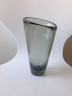 Holmegård vase. 19 cm. II sortering, med en del ridser og et lille afslag v. bunden.  40 kr, Suså Lions Club, maj 2014.