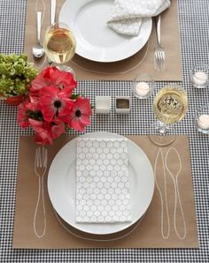 Instead of a table cloth, why not cut some placemats out of kraft paper. Add some hand drawn decorations with white or black marker. Wedding Table Settings, Place Settings, Kraft Paper, Diy Paper, Paper Craft, Tapetes Diy, Do It Yourself Decoration, Paper Table, Paper Place
