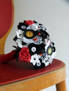 bouquet rockabilly, rock'n roll wedding, bride, rouge, noir, blanc old school, vinyls