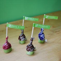 ◼︎食べられる席札 こちらは、棒付きのキャンディに、 テプラで貼っただけの簡単さです。 紙だけのものだと、最終的には捨てる だけになってしまいますが、 こちらはお持ち帰りも出来る優れ物です。