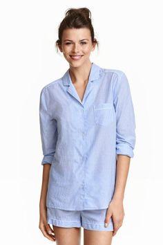 Pijama con pantalón corto: Pijama en algodón suave con estampado. Camisa de manga larga con cuello y solapas, botones delante y en los puños, y un bolsillo superior. Pantalón corto con cintura elástica y cordón de ajuste.