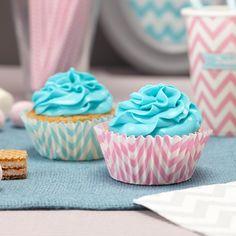 Cupcake Förmchen im Chevron Muster zur Hochzeit in rosa und blau