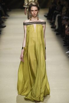 See the complete Alberta Ferretti Spring 2016 Ready-to-Wear collection.