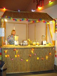 Vers Fruit Cocktail Bar Geschikt voor kinderen als volwassenen. Vers fruit smoothies worden geserveerd vanuit een tropische rieten bar. http://www.funenpartymatch.nl/cocktailbar.php