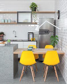"""739 curtidas, 4 comentários - Casa Pensada (@casa.pensada) no Instagram: """"Muito amor por essa mesa de refeições que parece flutuar entre a ilha da cozinha e a parede...…"""""""
