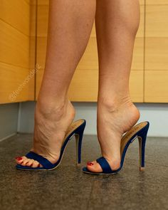 Hyptonic mules Shoes of Queen ❤️💙❤️💙👠😍 Sexy High Heels, Sexy Legs And Heels, High Heels Stilettos, Stiletto Heels, Strappy Shoes, Mules Shoes, Talons Sexy, Nylons Heels, Gorgeous Feet