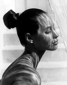 Vogue-style protrait - gorgeous reflection light play on face/shoulders of Christy Turlington by genius Herb Ritts? Christy Turlington, Herb Ritts, Foto Art, Top Models, Belle Photo, Black And White Photography, Persona, Supermodels, Portrait Photography