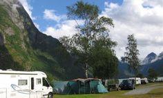 Gryta Camping is gelegen aan het Oldevatn (meer) met een prachtig uitzicht op de Jostedalsgletsjer en perfect gelegen voor een bezoek aan de Briksdalgletsjer (op slechts 10 km). De camping kenmerkt zich door de familiaire sfeer en de camping heeft dan ook veel terug kerende gasten. Het sanitair is prima en de plaatsen op de camping zijn zeer ruim. De omgeving leent zich ook uitstekend voor het maken van dagtrips naar bijv. Geiranger, de Westkaap (Selje) en Måløy.