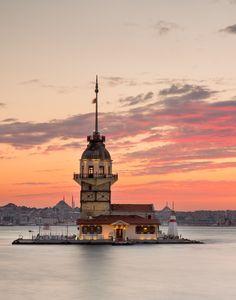 El Bósforo es uno de los panoramas que más impresionan de Estambul. La Torre de la Doncella guarda desde hace siglos el paso de los barcos por este estrecho.