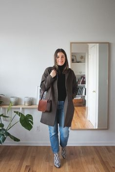 Cocoon coat, snakeskin boots, vintage levis Casual Fall Outfits, Office Outfits, Fall Winter Outfits, Winter Fashion, Work Casual, Casual Chic, Vintage Coat, Vintage Levis, Parisian Style