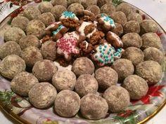 Mézeskalács golyó Dog Food Recipes, Dessert Recipes, Lollipop Candy, Edible Gifts, Kaja, Christmas Desserts, Cereal, Xmas, Sweets