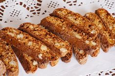 Piernikowe biscotti z orzechami : Składniki na piernikowe biscotti: 100 g miodu 2 jajka 300 g mąki pszennej 200 g ciemnego brązowego cukru 1/2 szklanki suszonej moreli, posiekanej 1 szklank. Przepis na Piernikowe biscotti z orzechami