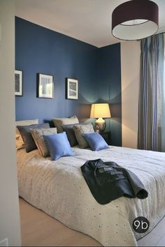 Une maison de ville passive Strasbourg Une maison de ville passive Strasbourg combo grey and blue bedroom Accent wall walls or the entire room with white trim Accent Wall Bedroom, Blue Bedroom, Trendy Bedroom, Dream Bedroom, Modern Bedroom, Bedroom Decor, Bedroom Ideas, Bedroom Curtains, Accent Walls