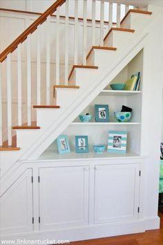 Quando o assunto é otimização de espaço, muitas possibilidades são possíveis. Aproveitar cada cantinho da casa com muita criatividade e estilo é uma excelente dica. Neste espaço, por exemplo, o espaço ao redor das escadas foi uma excelente solução.#decoração #design #madeiramadeira