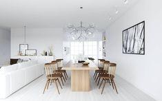 design scandinave, intérieur en blanc, canapé droit assorti, table en bois massif et chaises assorties