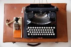 """schwarze Schreibmaschine """"Erika"""" mit Kofferdeckel aus den 50er/60er Jahren    bitte beachten:   :: Maschine ist fest auf der unteren Platte montiert"""
