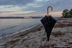 Einsamer Schirm am Strand