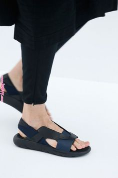 Sandals Summer Spring/Summer 2017 - There is nothing more comfortable and cool to wear on your feet during the heat season than some flat sandals. Sandals Outfit, Shoes Sandals, Flat Sandals, Shoes Sneakers, Heeled Sandals, Moda Fashion, Fashion Shoes, Style Fashion, Womens Fashion