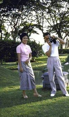 รวมพระบรมฉายาลักษณ์ ของ พระบาทสมเด็จพระปรมินทรมหาภูมิพลอดุลยเดช และ สมเด็จพระนางเจ้าสิริกิติ์ พระบรมราชินีนาถ King Phumipol, King Rama 9, King Of Kings, King Queen, King Thailand, Queen Sirikit, King Photo, Bhumibol Adulyadej, Great King
